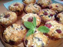 Muffinki z borówką malinami i siekanymi migdałami