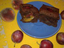Murzynek na powidłach śliwkowych z rumem i owocami