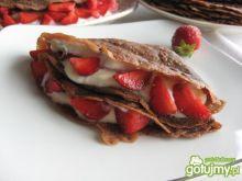 Naleśniki czekoladowe z truskawkami