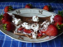 Naleśniki z bitą śmietaną i kawałkami truskawek
