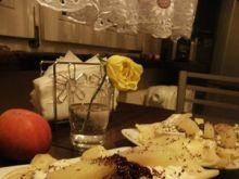 Naleśniki z gruszką i sosem waniliowym.
