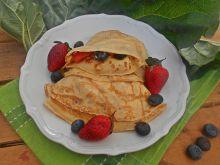 Naleśniki z kozim serkiem, rabarbarem i owocami