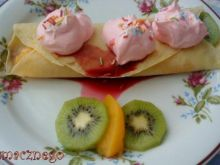 Naleśniki z owocami i bitą śmietaną