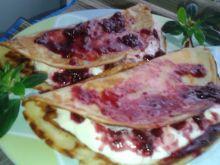 Naleśniki z serem i musem wiśniowym