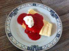Naleśniki z serem i polewą truskawkową