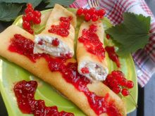 Naleśniki z serem i z sosem z czerwonej porzeczki