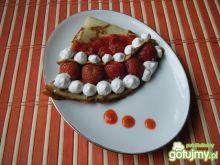 Naleśniki z truskawkami i bitą śmietaną