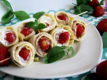 Naleśniki z truskawkami na patyku