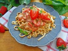 Naleśnikowe spaghetti z truskawkami i miętą
