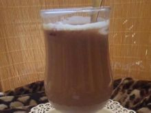 Napój kawowy z aroniowymi kostkami