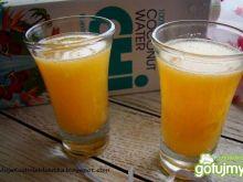 Napój pomarańczowy na wodzie kokosowej
