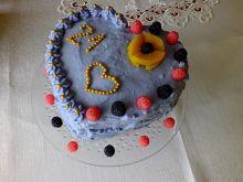 Niebiański tort brzoskwiniowy z truskawkami