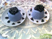 Niebieska panna cotta z jagodami