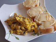 Niedzielna jajecznica z pieczarkami i cebulą