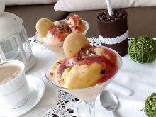 Niespodziankowe lody z prostym sosem żurawinowym