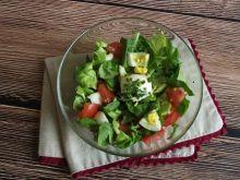 Obiadowa sałata z jajkiem i pomidorem