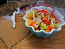 Obiadowa sałatka z papryki  i kolorowej cebuli