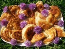 Odsmażane pierogi z serem i kwiatami szczypiorku
