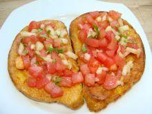 Odsmażany chleb z salsą pomidorową