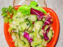 Ogórek z sałatą i wiśniowym dresingiem