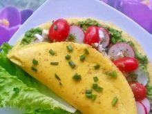 Omlet jajeczny z pesto, rzodkiewką i pomidorkami
