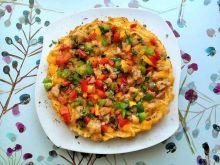 Omlet z makaronem, boczkiem i papryką