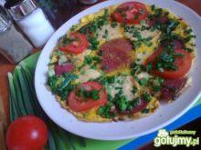 omlet śniadaniowy z salami i pomidorami
