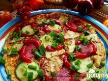 Omlet z bakłażanem cukinią i salami