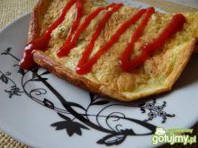 Omlet z dwóch jajek z zielonymi oliwkami