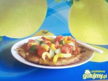Omlet z fetą i warzywami.