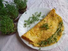 Omlet z groszkową pastą i rzeżuchą