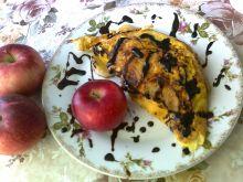 Omlet z jabłkami i sosem czekoladowym