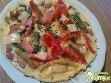 Omlet z kiełbasą i pomidorem