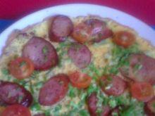 omlet z kiełbasami, pomidorami cherry