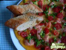 Omlet z łososiem wędzonym i pomidorkami