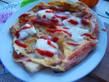 Omlet z mozzarellą i chlebem