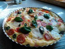 Omlet z mozzarellą, pomidorkami i szynką