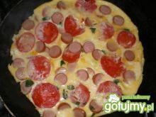 Omlet z parówkami i pomidorem