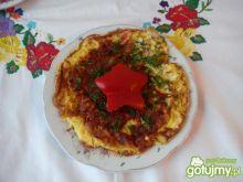 Omlet z pomidorkiem, cebulką i wędzonką