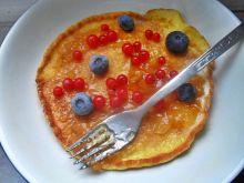 Omlet z porzeczami i borówkami na dżemie