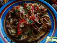 Omlet z razowym makaronem i warzywami