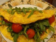 Omlet z rukolą i pomidorkami