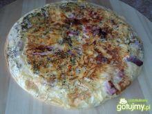 Omlet z szynką i tartym żółtym serem