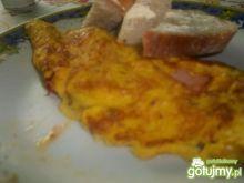 Omlet z szynką  pomidorami oraz bazylią