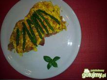 Omlet ze szparagami i szynką parmeńską