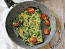 Omlet ze szpinakiem i pomidorkami