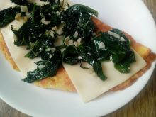 Omlet ze szpinakiem i żółtym serem