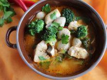 Orientalna zupa z kurczakiem i brokułem