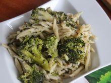 Orzechowy makaron z brokułami i sezamem