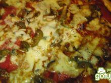 Ostra pizza 3-serowa z salami i kremem